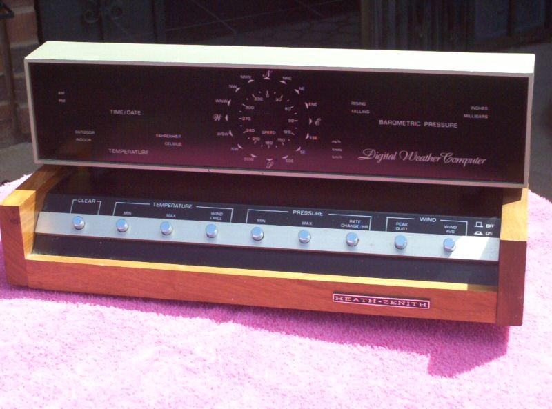 Ma première vraie station météo de marque américaine Heatkit ID-4001. A l'époque elle valait CHF 1500.--, une fortune! Les capteurs étaient reliés à la console par câbles.